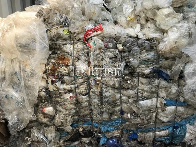 hinh anh hon 1000 container rac nhap khau buoc phai tai xuat