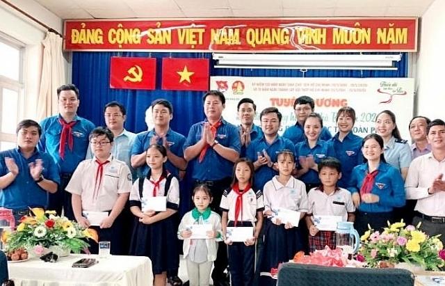 Thanh niên Hải quan TPHCM trao học bổng cho học sinh nghèo