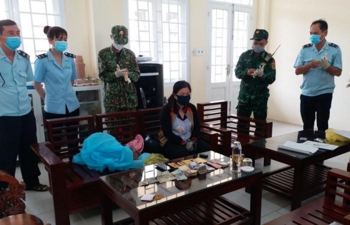 Hải quan An Giang: Phối hợp bắt một phụ nữ vận chuyển 5 kg kim loại nghi là vàng
