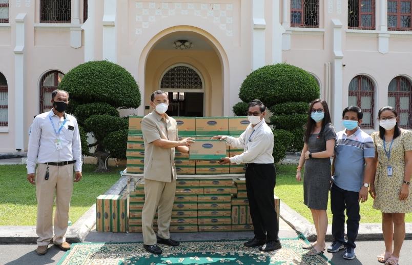 Angkormilk  tặng 48.000 hộp sữa cho người dân vùng dịch Campuchia