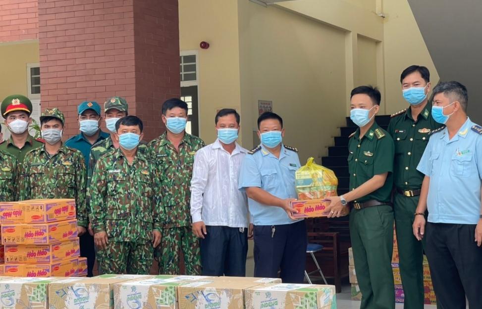 Hải quan Tịnh Biên tặng quà cho các chốt chống dịch