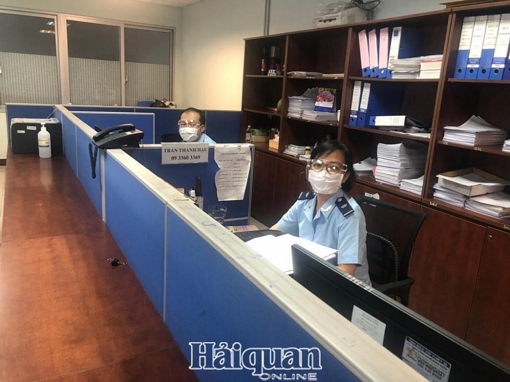 Những hình ảnh chống dịch, thông quan hàng hóa ngày đầu giãn cách tại Hải quan TPHCM