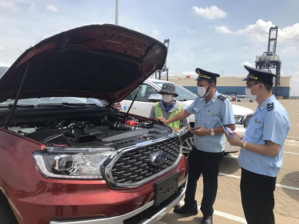 Công chức hải quan cửa khẩu cảng Hiệp Phước kiểm tra ô tô nhập khẩu. Ảnh: T.H