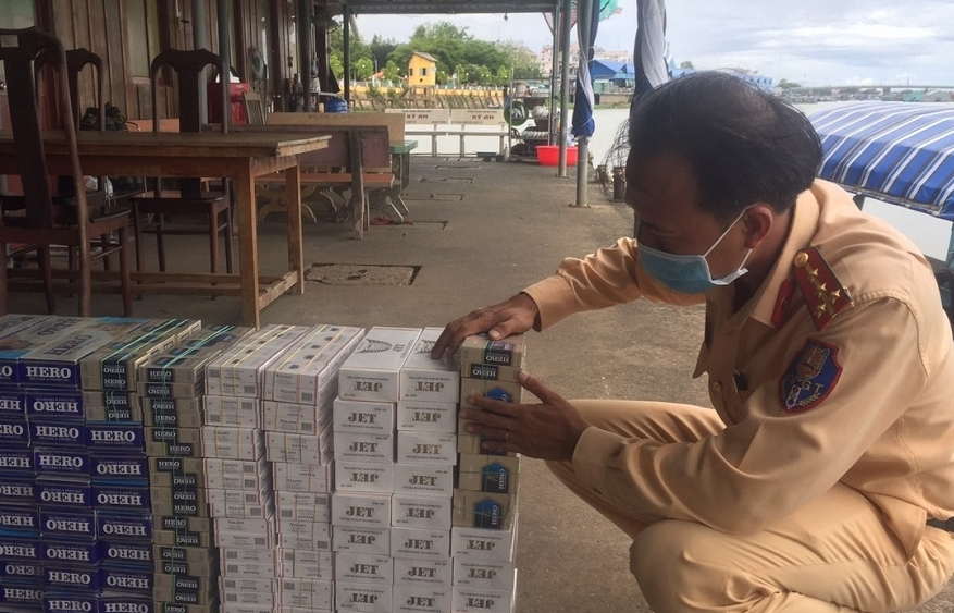 Bắt 1.000 bao thuốc lá lậu trên đò ngang