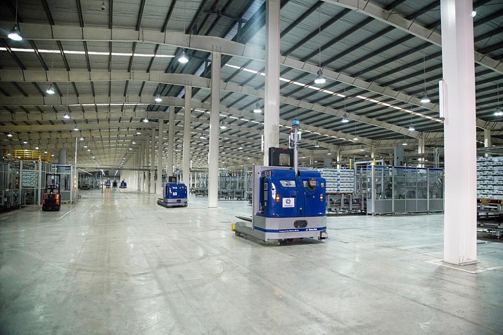 Vinamilk Hệ thống robot LGV trong nhà máy được vận hành tự động và đồng bộ, giúp tối ưu hóa năng suất và kiểm soát chất lượng sản phẩm nghiêm ngặt.