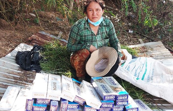 Giấu hàng trăm bao thuốc lá lậu trong bao cỏ
