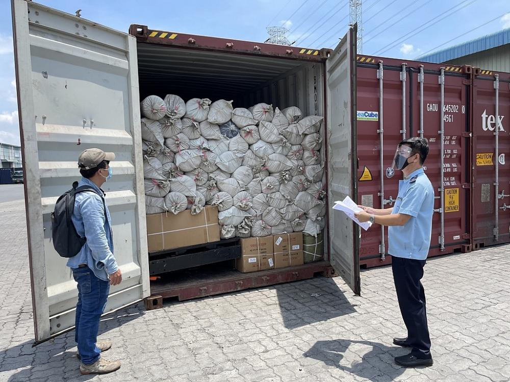 Công chức hải quan cửa khẩu cảng Sài Gòn khu vực 1 kiểm tra hàng hóa NK ngày 12/7/2021.