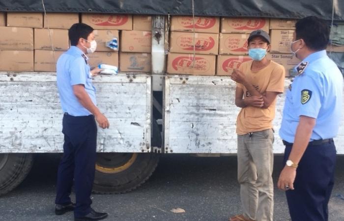 Hải quan và Quản lý thị trường An Giang bắt xe tải chở hàng lậu