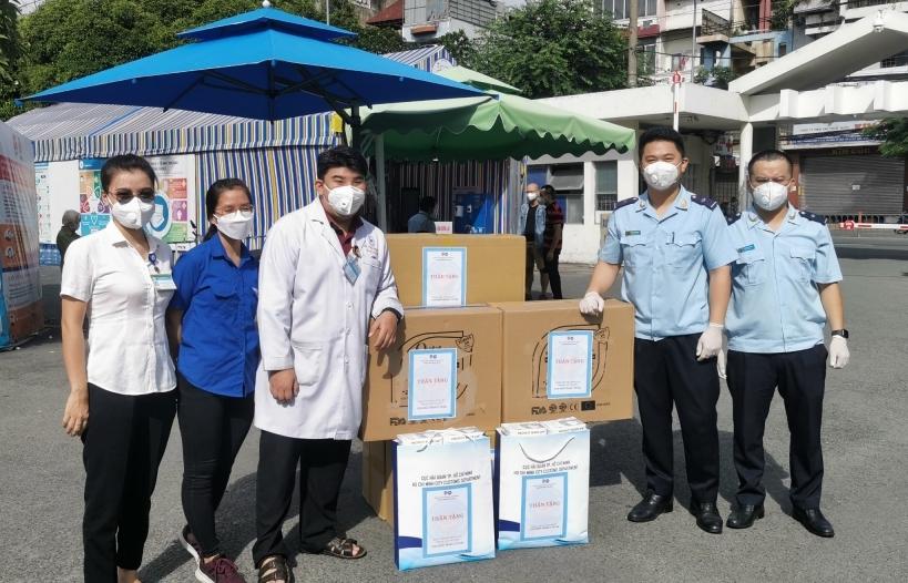 Đoàn Thanh niên Hải quan TPHCM trao tặng vật tư phòng chống dịch tới 2 bệnh viện