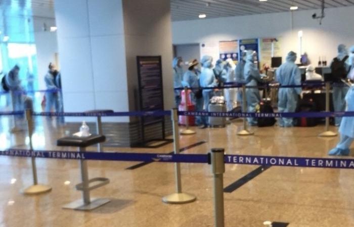 Hải quan sân bay Cam Ranh làm thủ tục đón 241 hành khách trở về từ Malaysia