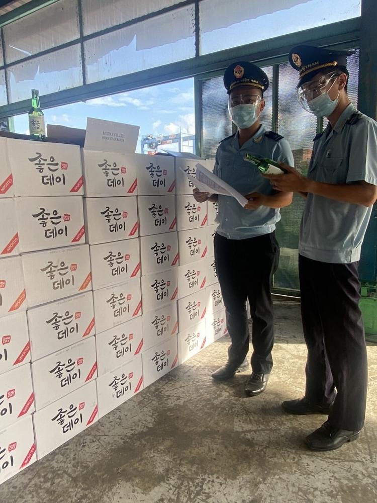 Công chức Hải quan TPHCM kiểm tra hàng hóa NK. Ảnh: L.Linh