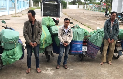 Dùng xe máy vận chuyển hàng nghìn bao thuốc lá lậu