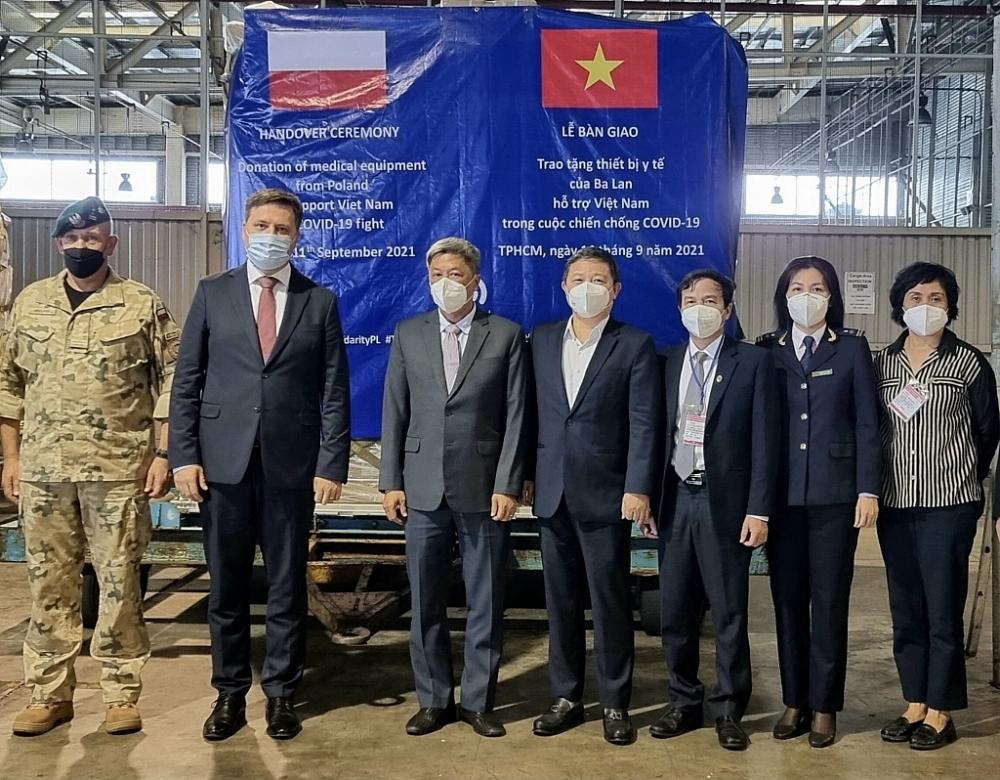 Hải quan TPHCM hỗ trợ tiếp nhận lô hàng viện trợ chống dịch của Ba Lan