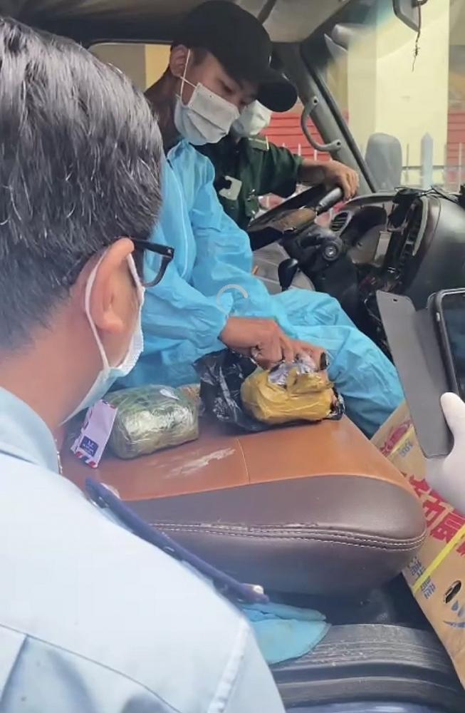 Biên phòng, Hải quan Tịnh Biên phối hợp bắt vụ buôn lậu gần 3 kg nghi vàng