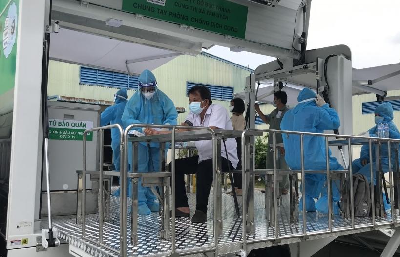 Gỗ Đức Thành tặng 2 xe chuyên dụng tiêm phòng lưu động cho TPHCM và Bình Dương
