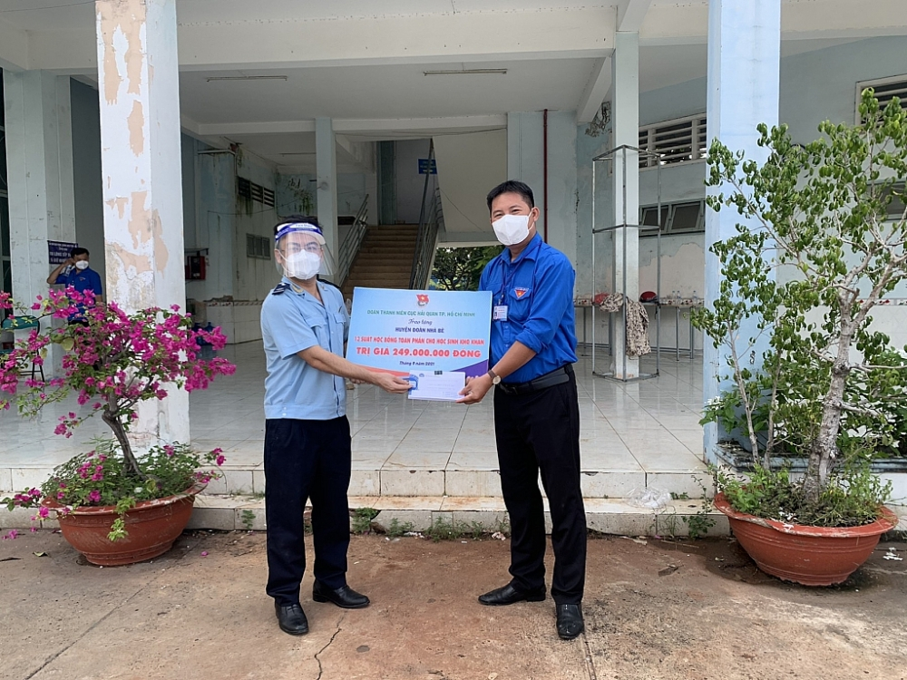 Đoàn thanh niên Hải quan TPHCM trao tặng 13 suất học bổng toàn phần cho học sinh nghèo