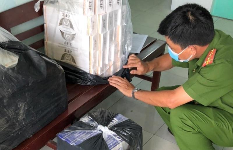 Dùng xuồng máy vận chuyển gần 800 bao thuốc lá nhập lậu