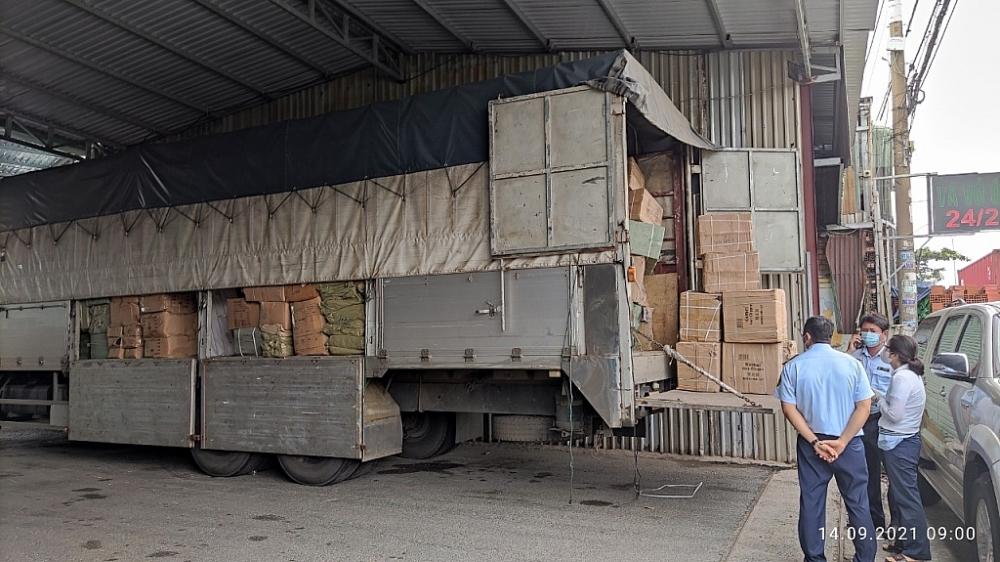 Khám xét xe tải chở trên 76.000 sản phẩm hàng hóa Trung Quốc có dấu hiệu vi phạm
