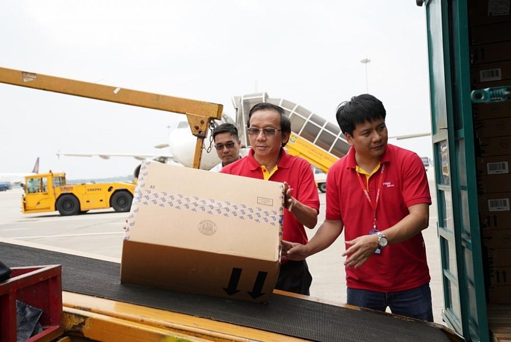 Vietjet miễn phí vận chuyển hàng cứu trợ, tặng vé cho cán bộ đến vùng lũ miền Trung