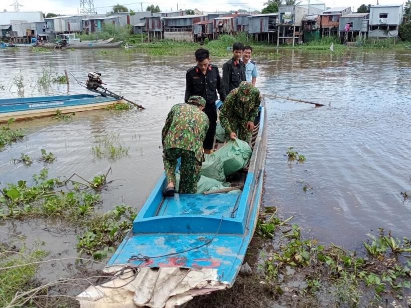 Bắt 2 xuồng máy chở hàng lậu tại cửa khẩu Tịnh Biên