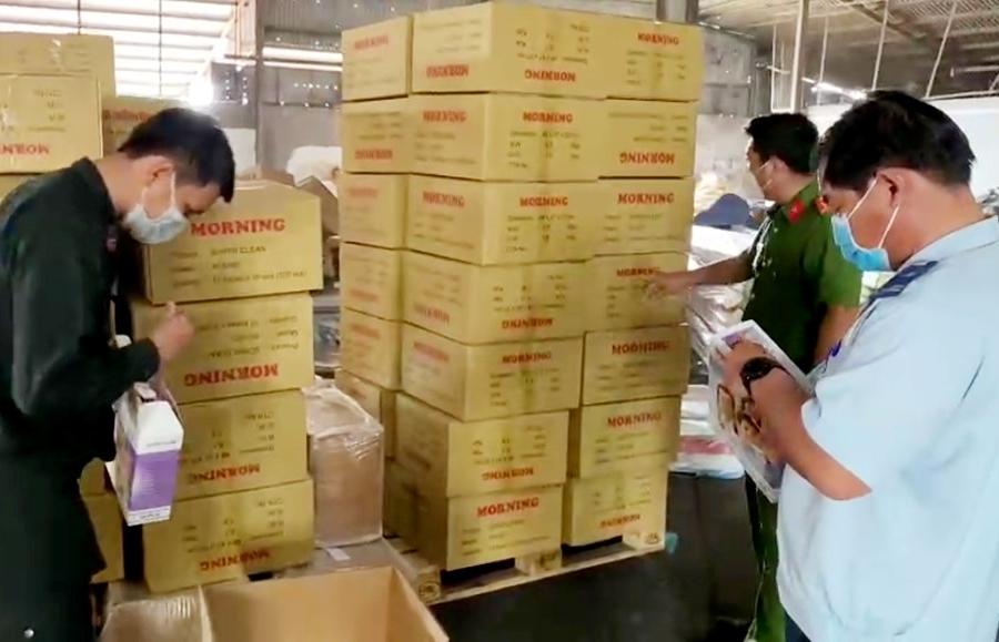Tạm giữ 100 thùng hàng nghi nhập lậu