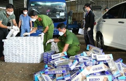 Bắt xe tải vận chuyển trên 11.000 bao thuốc lá lậu ngụy trang khẩu trang y tế