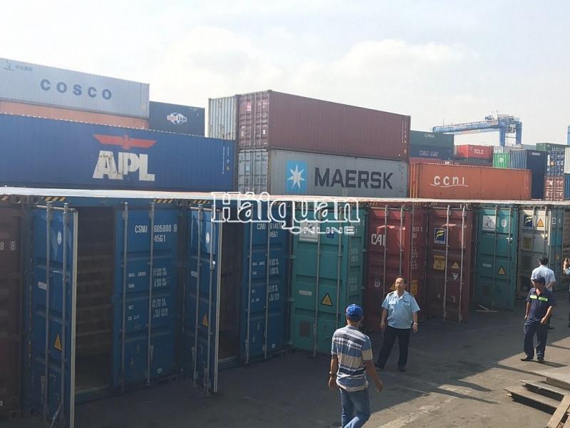 dang kham xet 25 container go xuat khau gian lan tai cang cat lai