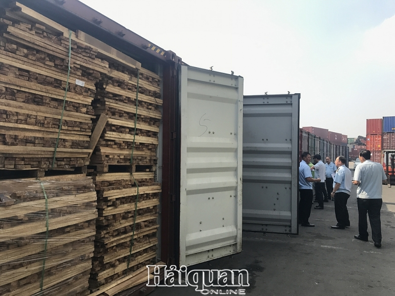 hinh anh kham xet 25 container go gian lan thue lon