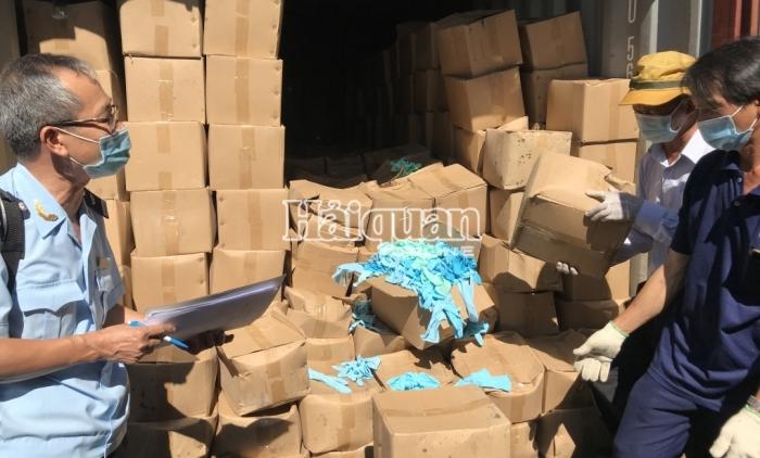 Hải quan bắt giữ 2 container găng tay đã qua sử dụng nhập khẩu từ Trung Quốc