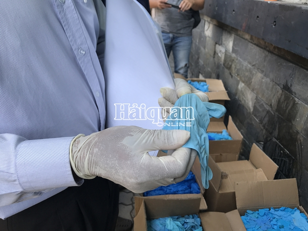 Những hình ảnh kiểm tra lô hàng găng tay đã qua sử dụng nhập khẩu từ Trung Quốc