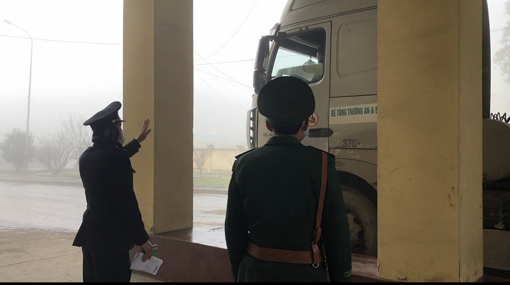 Cán bộ Hải quan, Biên phòng cửa khẩu quốc tế Nậm Cắn phối hợp kiểm tra phương tiện qua cửa khẩu.Ảnh: Hiền Dịu