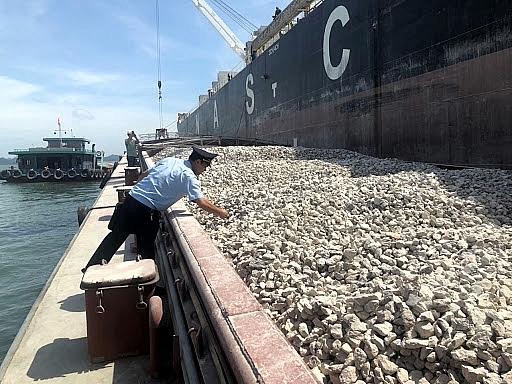 Công chức  Chi cục Hải quan cảng Cẩm Phả thực hiện kiểm hóa đá vôi tại khu vực Hòn Nét (TP Cẩm Phả).Ảnh: ST