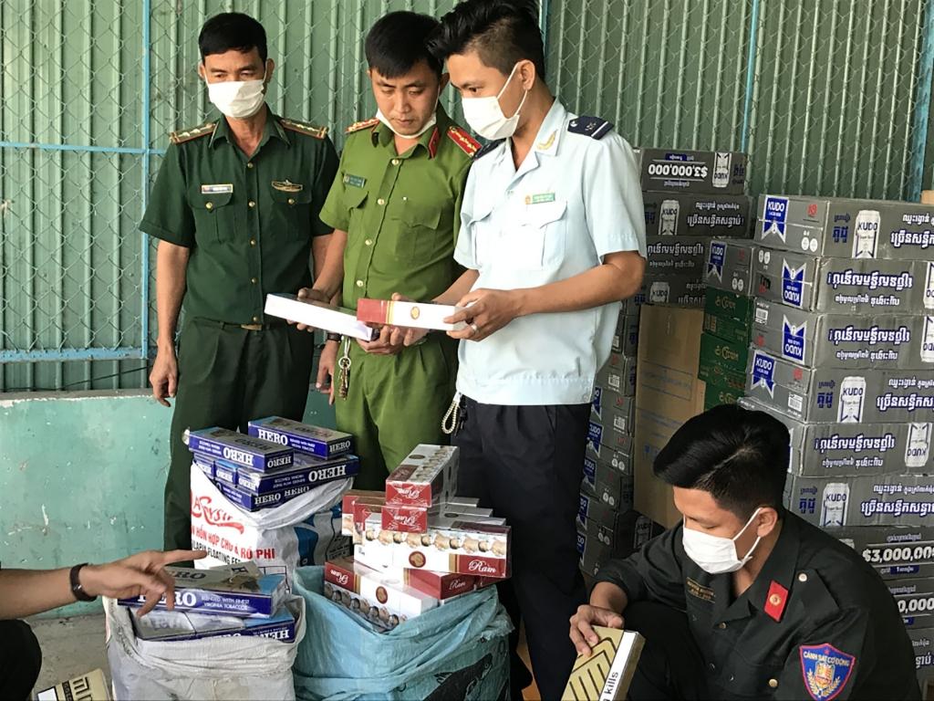 Hàng lậu do tổ liên ngành chống buôn lậu chốt Tịnh Biên bắt giữ.  Ảnh: T.H