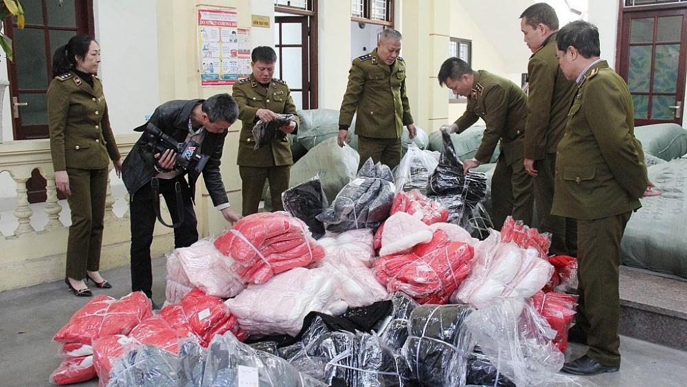 Lực lượng QLTT ra quân kiểm tra 10 điểm kinh doanh trong khu vực trung tâm thương mại Sơn Long,  khu chợ Ninh Hiệp, Gia Lâm, Hà Nội, ngày 31/12/2020.Ảnh: Q.HÙNG