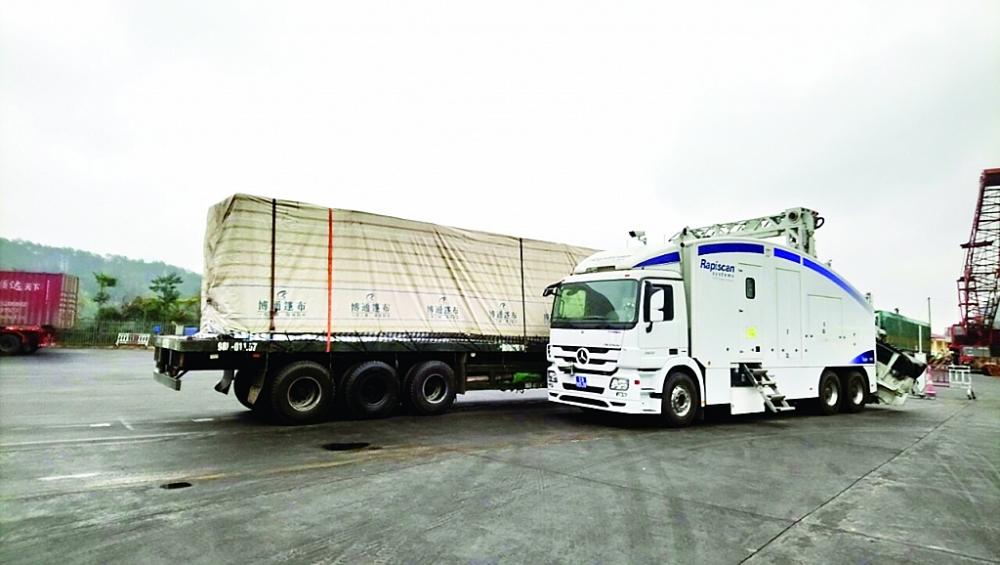 Quá trình thực hiện soi chiếu hàng hóa bằng máy soi container tại Lạng Sơn. Ảnh: H.Nụ