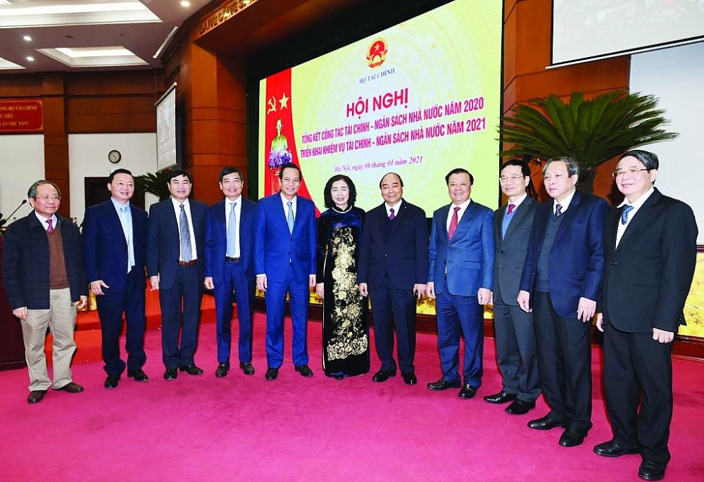Thủ tướng Nguyễn Xuân Phúc chụp ảnh lưu niệm với các đại biểu tham dự Hội nghị triển khai nhiệm vụ năm 2021 ngành Tài chính.