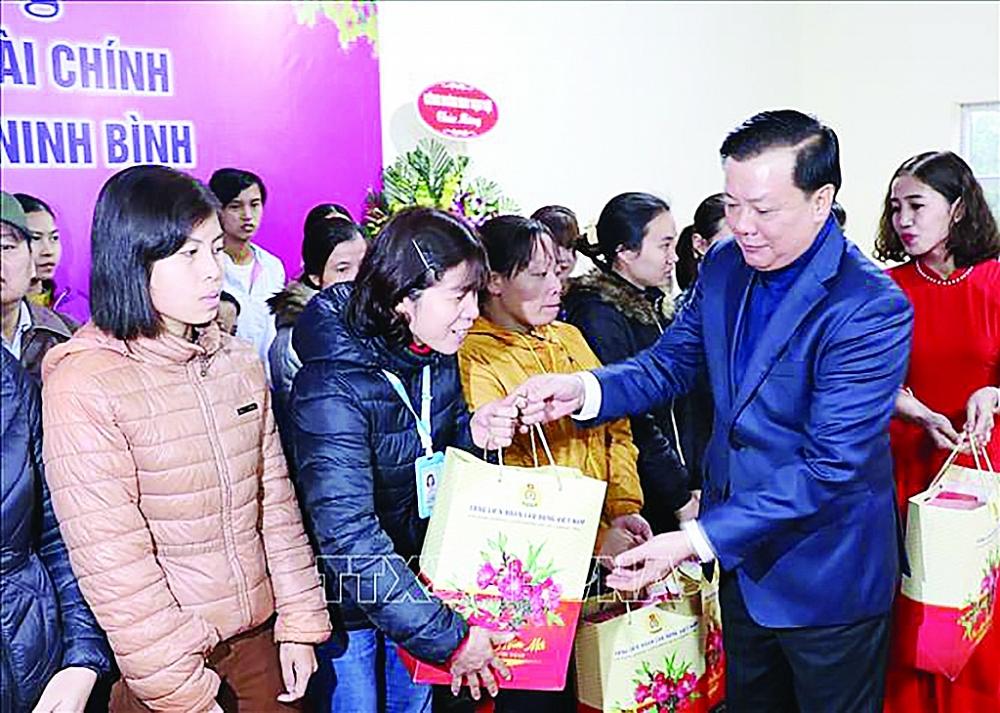 Bộ trưởng Bộ Tài chính  Đinh Tiến Dũng tới thăm, chúc Tết và tặng quà cho công nhân có hoàn cảnh khó khăn tại Công ty TNHH may Vạn Lợi (Ninh Bình), ngày 19/1/2020.