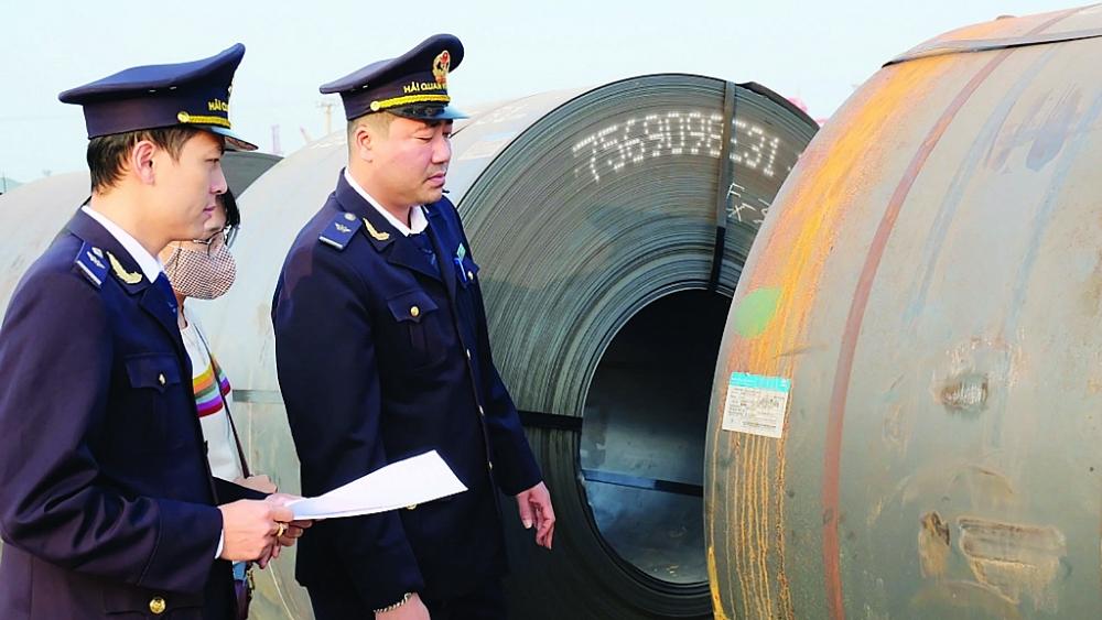 Công chức Cục Hải quan Thanh Hóa kiểm tra hàng hóa XNK Ảnh: N.Linh