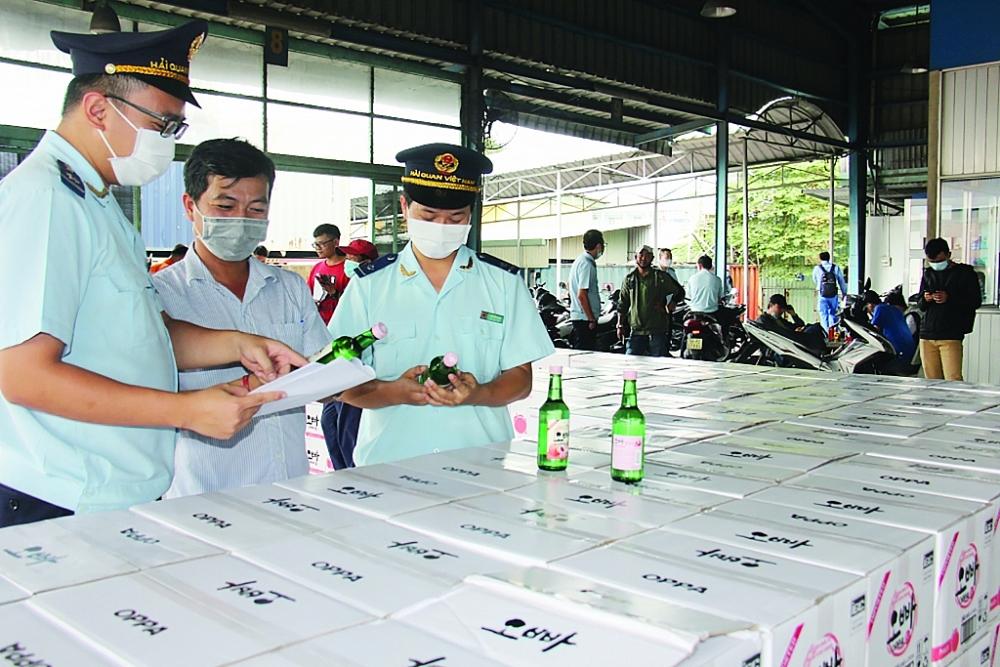 Hải quan cảng Sài Gòn KV1 kiểm tra hàng NK.  Ảnh: T.H