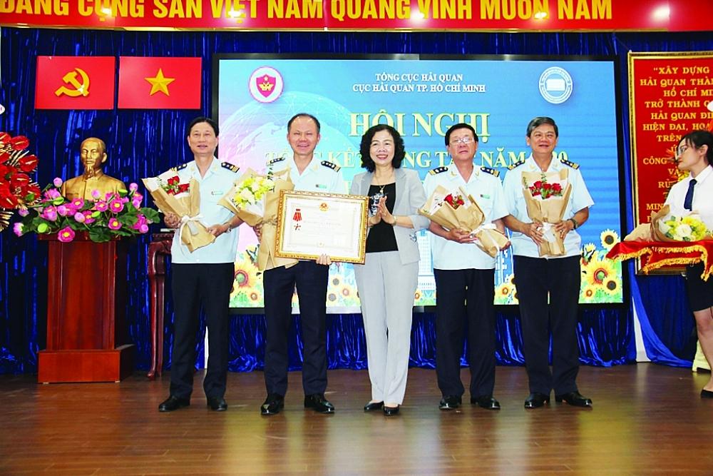 Thứ trưởng Bộ Tài chính Vũ Thị Mai thừa uỷ quyền trao Huân chương Chiến công hạng Nhất cho Cục Hải quan TPHCM ngày 29/12/2020. Ảnh: T.H