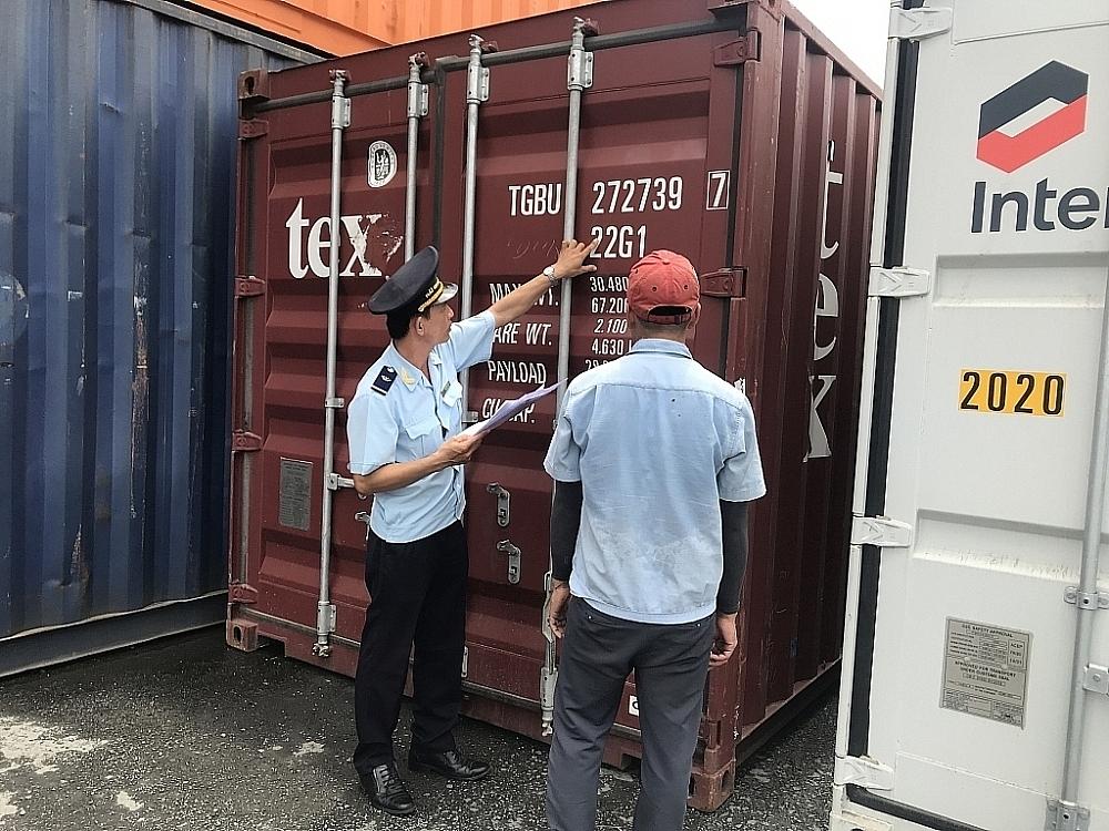 Công chức Hải quan Đồng Tháp kiểm tra hàng hóa nhập khẩu. Ảnh: T.H