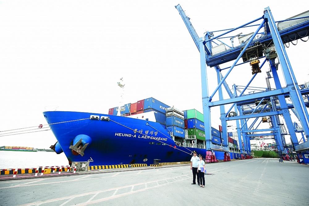 Công chức Chi cục Hải quan cảng Cát Lái (Cục Hải quan TPHCM) giám sát hàng hóa XNK. Ảnh: Huy Khâm