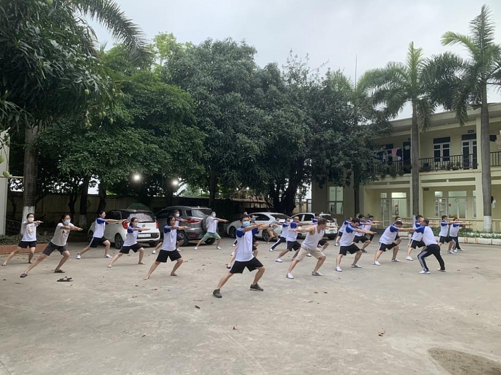 Cán bộ công chức, người lao động Chi cục Hải quan Hải Dương tập thể dục buổi sáng.