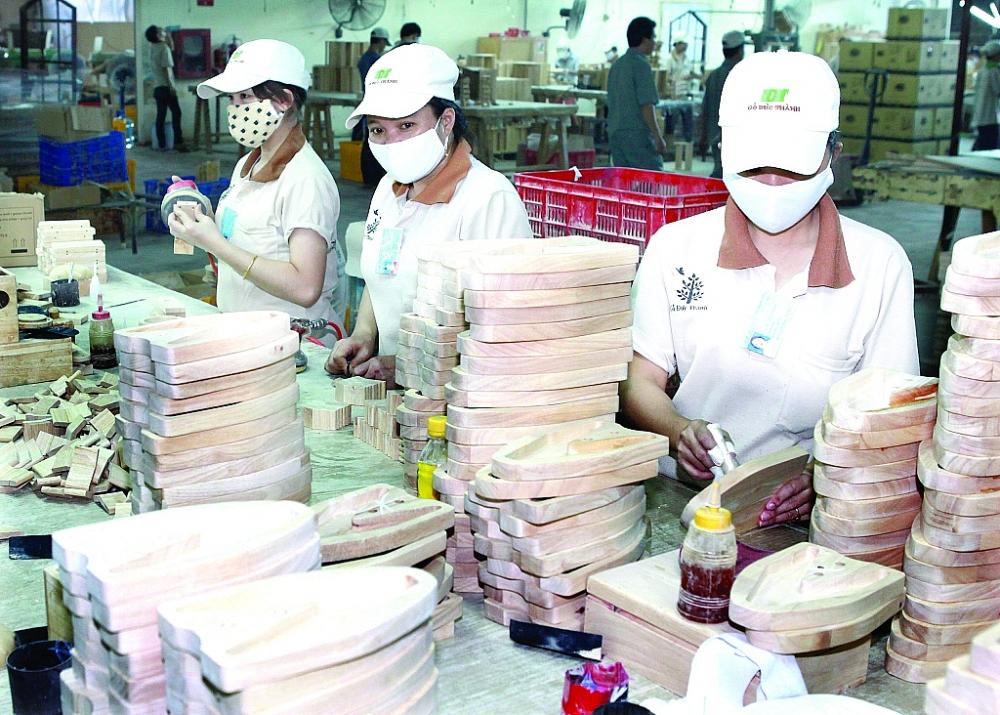 Sản xuất gỗ xuất khẩu tại Công ty CP Gỗ Đức Thành. Ảnh: D.T