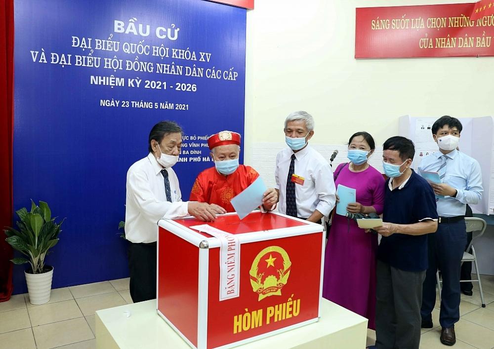 Cử tri bỏ phiếu bầu đại biểu Quốc hội khóa XV tại khu vực bỏ phiếu số 4, phường Vĩnh Phúc, Quận Ba Đình, Hà Nội.Ảnh: TTXVN