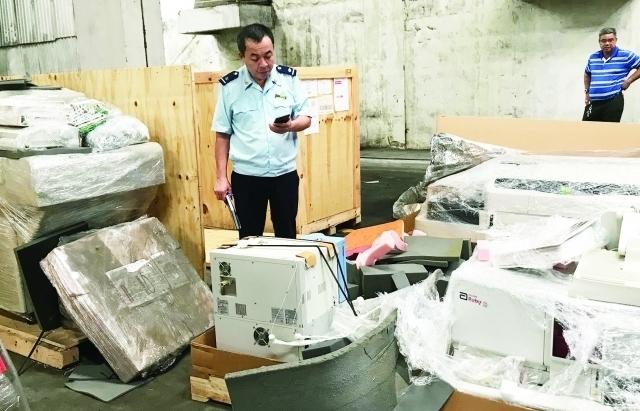 Xử lý 2 lô hàng máy tính, thiết bị y tế bị tịch thu