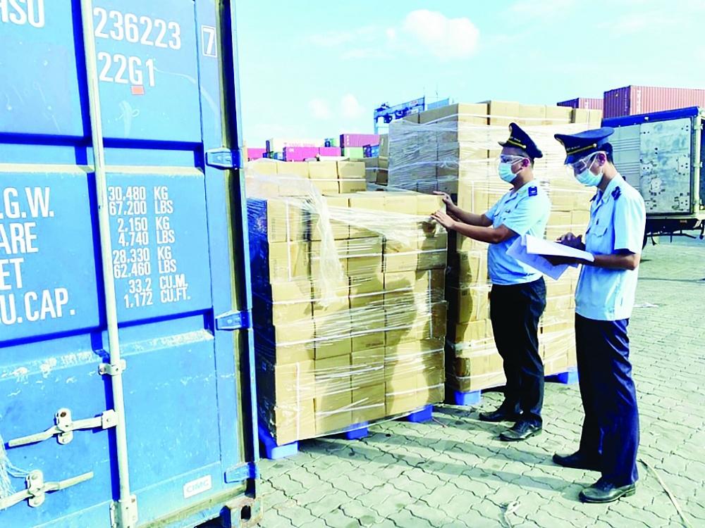 Công chức Hải quan TPHCM làm thủ tục cho hàng hóa XNK qua cảng Cát Lái. Ảnh: T.H