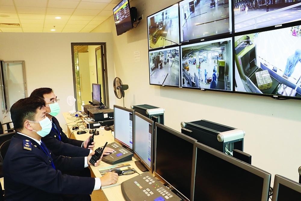 Công chức Hải quan Quảng Ninh thực hiện giám sát qua hệ thống camera tại sân bay Vân Đồn. Ảnh: Quang Hùng