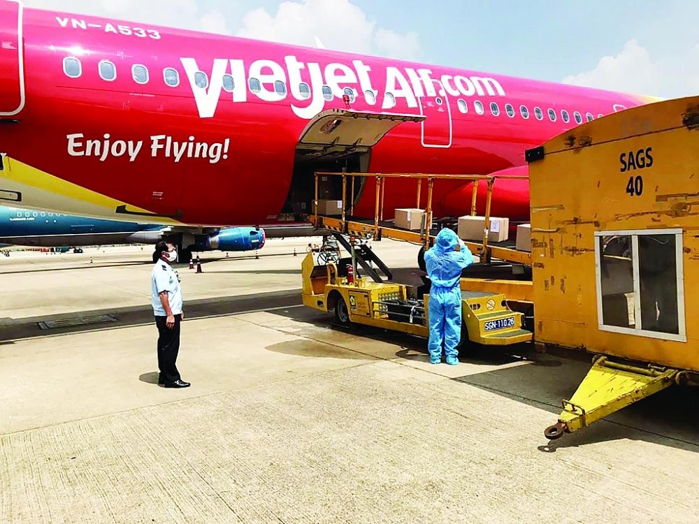Công chức Hải quan sân bay quốc tế Tân Sơn Nhất làm thủ tục cho lô vắc xin nhập khẩu. Ảnh: T.Linh