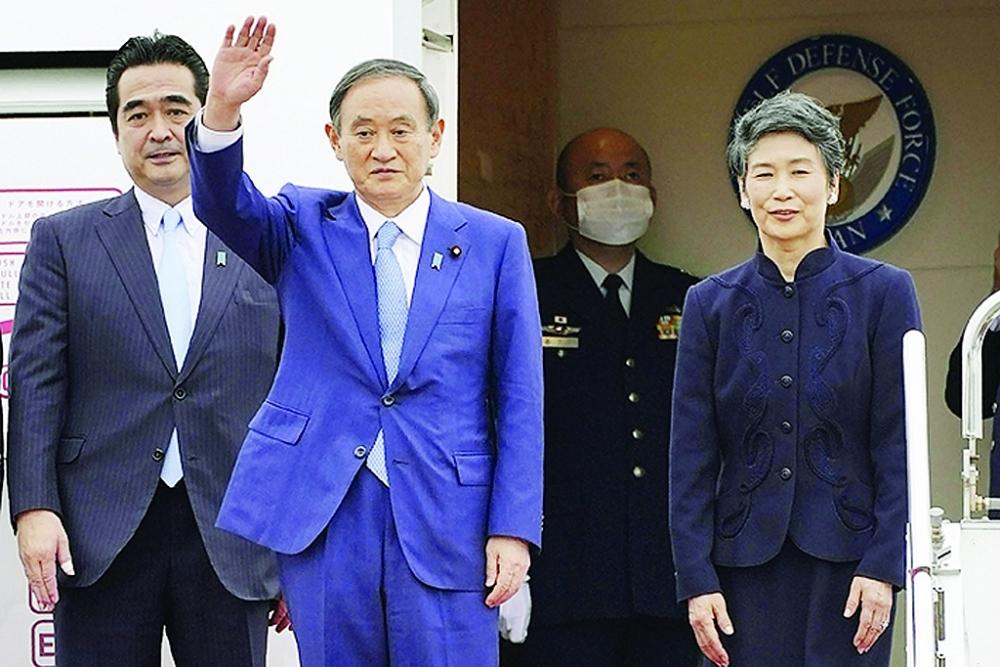 Ông Y.Suga (giữa) lên đường công du châu Á